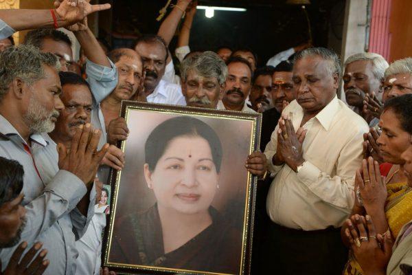 Des prières sont organisées dans tout le Tamil Nadu et le reste de l'Inde pour le rétablissement de Jayalalithaa, ministre-en-chef de l'Etat du Sud indien victime d'un arrêt cardiaque hier dimanche 4 décembre. (Crédit : AFP PHOTO / INDRANIL MUKHERJEE)