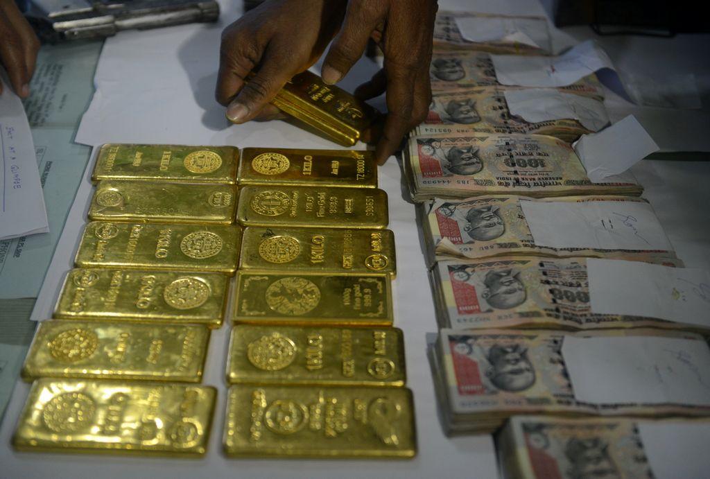 Au mois de novembre, l'explosion du prix de l'or sur le marché noir en Inde et les importations en flèche du métal doré laissent penser que les fraudeurs ont misé sur cette valeur refuge pour contrer la démonétisation. (Crédit : AFP PHOTO / Diptendu DUTTA)