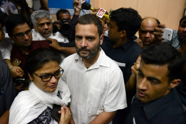 Le vice-président du Parti du Congrès, Rahul Gandhi, fait la queue pour échanger ses billets démonétisés à Delhi, le 11 novembre 2016. (Crédit : Parveen Negi / India Today Group, via AFP)