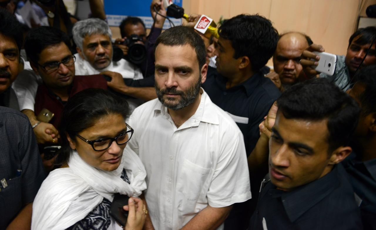 Le vice-président du Parti du Congrès, Rahul Gandhi, fait la queue pour échanger ses billets démonétisés à Delhi, le 11 novembre 2016. (Crédit : Parveen Negi / India Today Group, via AFP)