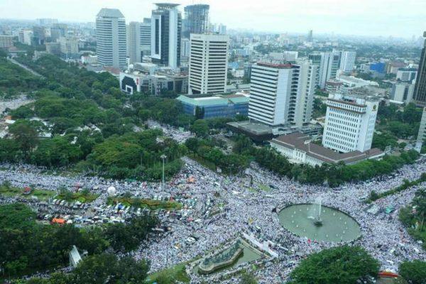 Environ 200 000 personnes sont descendues dans les rues de Jakarta pour demander l'arrestation du gouverneur de la capitale indonésienne, Ahok (Crédit : ST PHOTO / FRANCIS CHAN). Copie d'écran du Straits Times, le 2 décembre 2016.