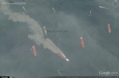 Navire de dragage singapourien dans le détroit de Singapour. (Crédit : Google Earth)
