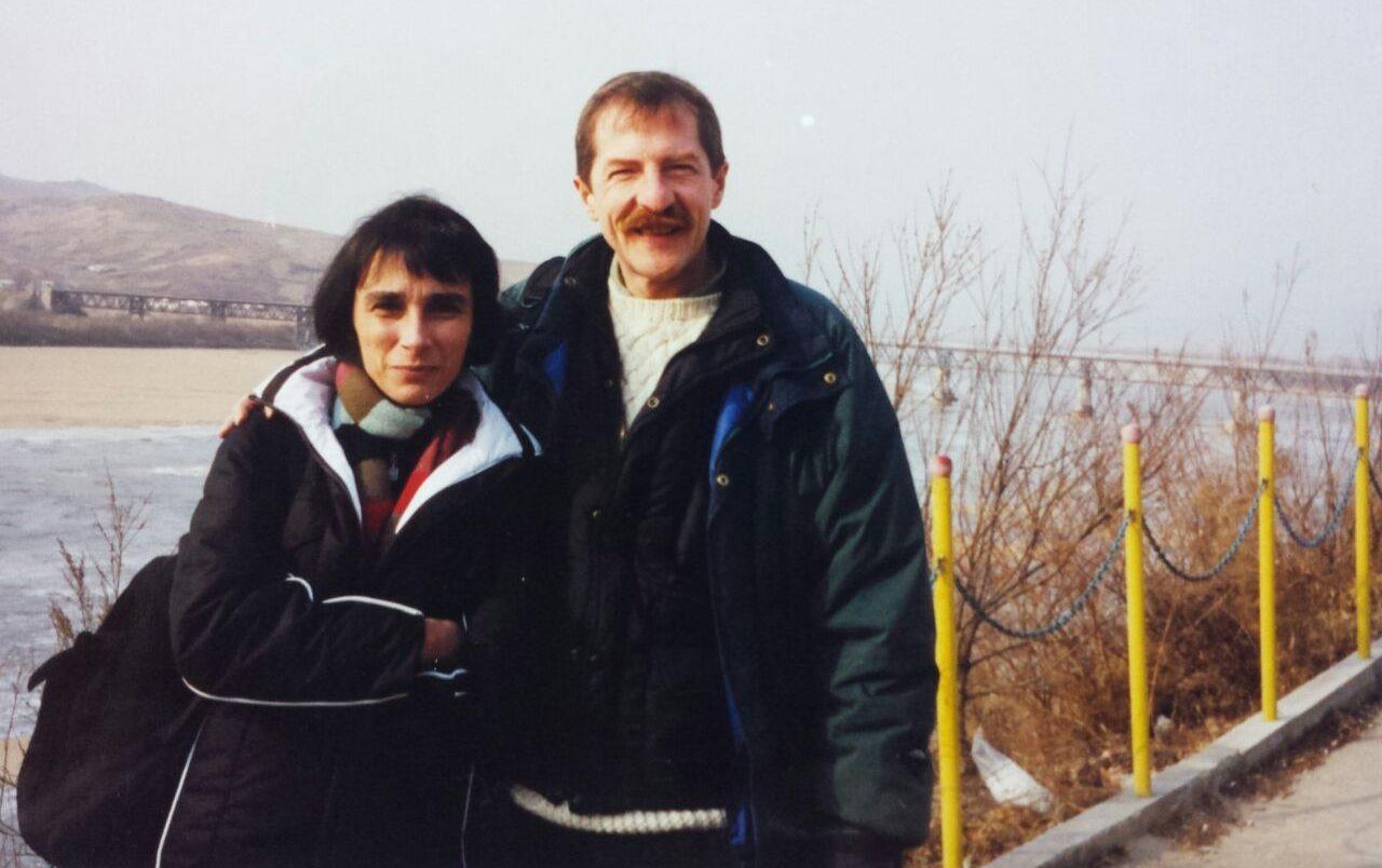 Les journalistes Juliette Morillot et Dorian Malovic, à la frontière sino-nord-coréenne le long de la rivière Tumen. (Crédits : DR)