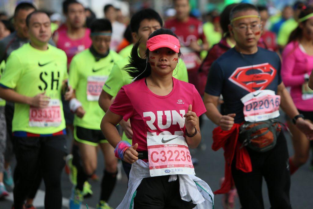 Des participants du marathon international de Shanghai le 30 octobre 2016. (Crédits : qnb / Imaginechina / via AFP)