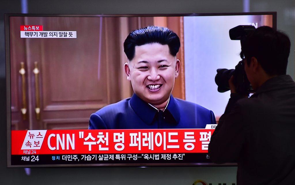 L'image du leader nord-coréen Kim Jong-un à la télévision sud-coréenne, sur un écran à la gare de Séoul le 26 mai 6, 2016. (Crédits : AFP PHOTO / JUNG YEON-JE)