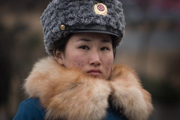 Une policière chargée de la circulation dans une rue de Pyongyang le 2 décembre 2016. (Crédits : AFP PHOTO / Ed Jones)