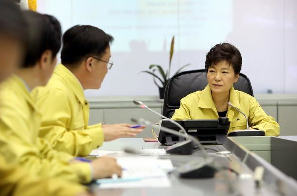 La présidente sud-coréenne Park Geun-hye en réunion. Copie d'écran du site Hankyoreh le 7 décembre 2016.