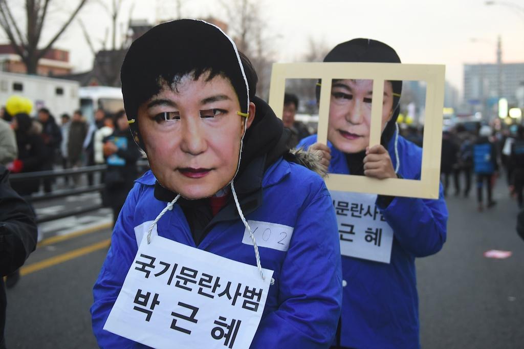 Des manifestants portant des masques de la présidente sud-coréenne Park Geun-hye durant le rassemblement massif demandant sa démission à Seoul le 3 décembre 2016.