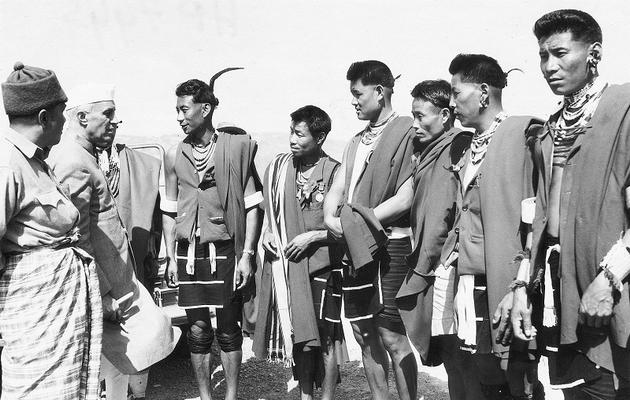 Le Pandit Nehru en visite au Nagaland, dans le nord-est de l'Inde, en 1953.