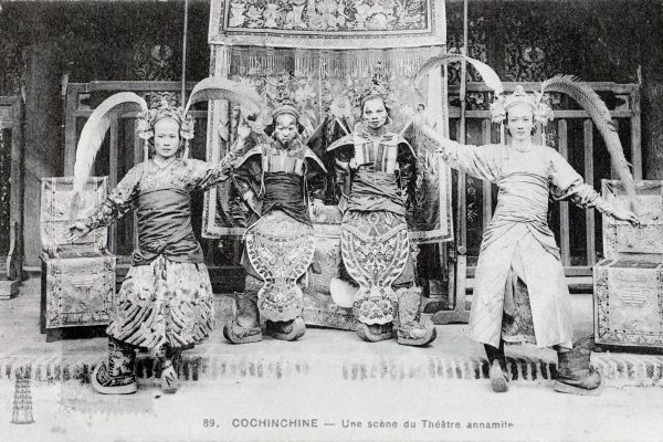 Une scène de théâtre annamite en Cochinchine (Vietnam, Indochine). Photographie du XXème siècle. Collection privée. (Crédits : PHOTO JOSSE / LEEMAGE / via AFP)