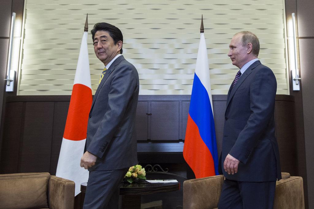 Le Premier ministre japonais Shinzo Abe et le président russe Vladimir Poutine à la résidence d'Etat Bocharov Ruchei à Sochi en Russie, le 6 mai 2016.