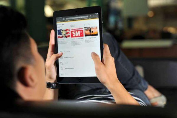 Un homme jouant aux jeux en ligne sur sa tablette à Singapour. (Crédits : ST FILE) Copie d'écran du Straits Times, le 20 octobre 2016.
