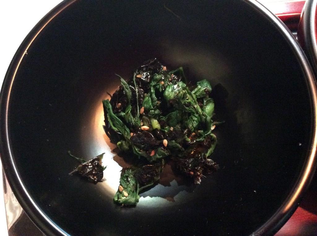Epinards avec algues à la sauce de soja affinée de 5 ans. (Copyright : Stéphane Lagarde)