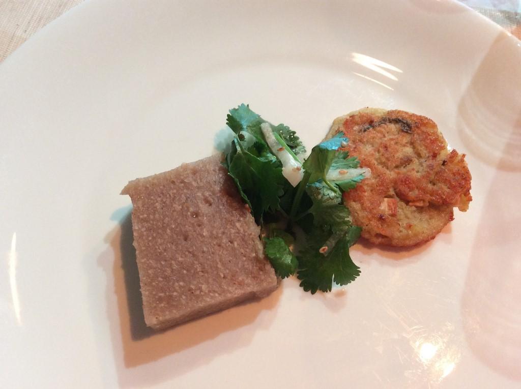 Bardane et champignons mijotés à la sauce de soja affinée de 7 ans et tofu grillé. (Copyright : Stéphane Lagarde)