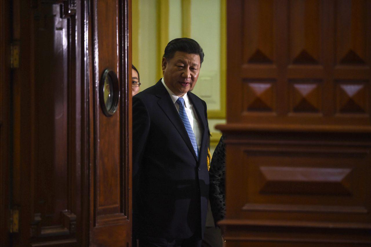 Le président chinois Xi Jinping lors de son arrivée devant le Congrès péruvien lors d'une cérémonie en marge du sommet de l'APEC le 21 novembre 2016. (Crédit : AFP PHOTO / CRIS BOURONCLE).
