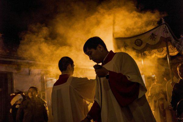 De jeunes chinois chrétiens lors d'une messe de Noël à Pékin le 24 décembre 2014. (Crédit : AFP PHOTO / FRED DUFOUR).