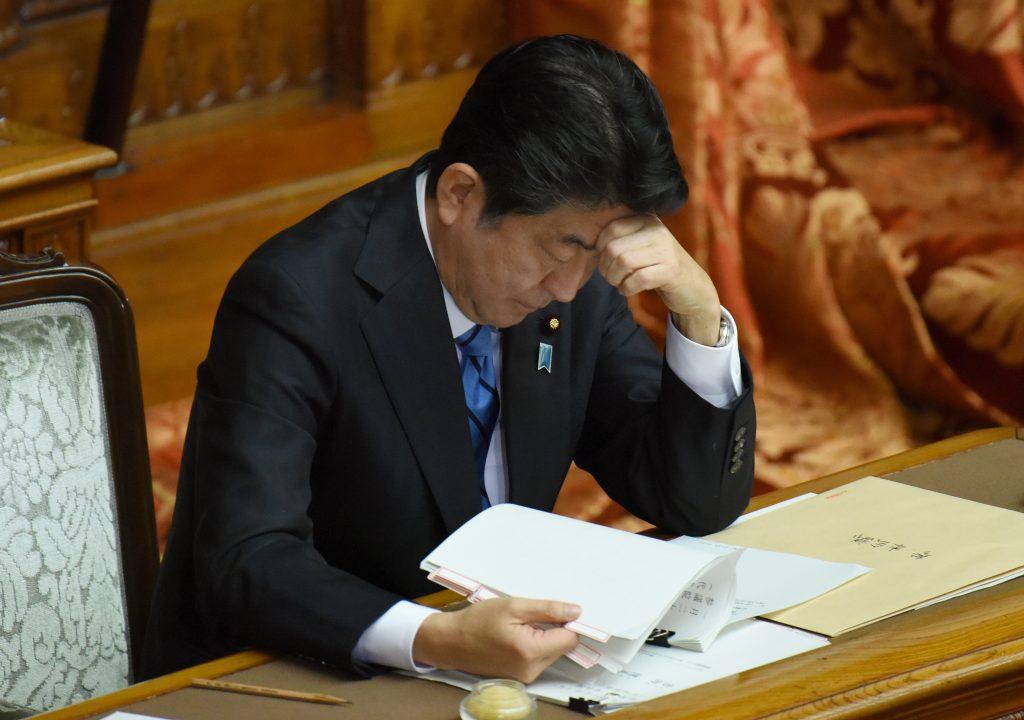 Le premier ministre japonais Shinzo Abe lors d'une session de questions réponses au parlement le 24 janvier 2017, peu après l'annonce de Donald Trump de signer la sortie américaine du TPP.