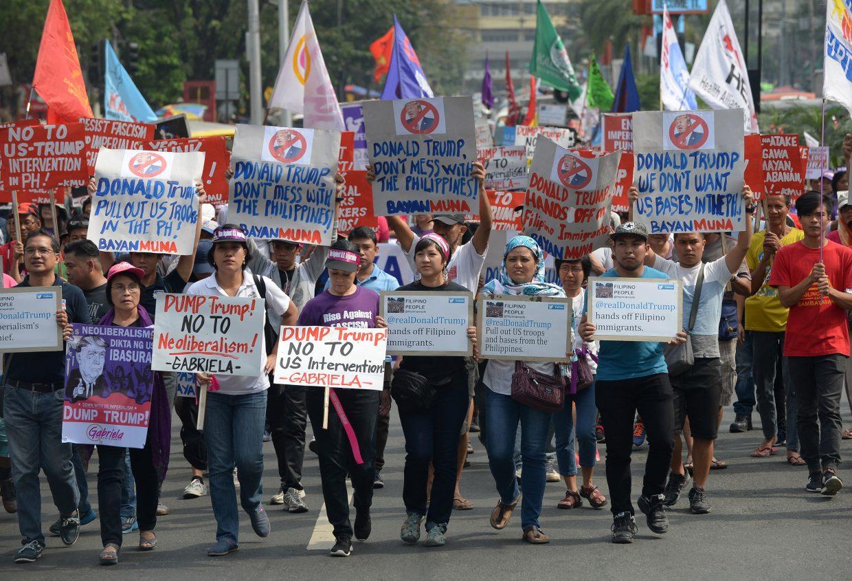 Des centaines de manifestants se sont réunis devant l'ambassade des Etats-Unis à Manille ce vendredi 20 janvier, jour de l'investiture de Donald Trump. (Crédit : TED ALJIBE / AFP)