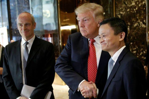 Le président-élu américain Donald Trump et le Jack Ma, Pdg d'Alibaba, géant chinois de l'e-commerce, à la Trump Tower le 9 janvier 2016.