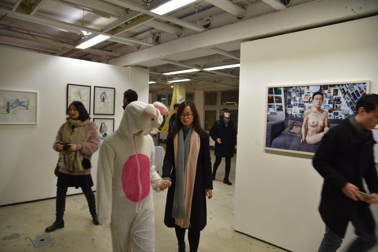 """""""Creative interaction art"""" par l'artiste chinoise Yike, habillée en lapin lors de l'exposition Troposphère au 6B à Saint-Denis. (Crédits : DR)"""