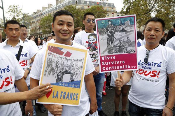 Manifestants, membres de la communauté chinoise d'le-de-France, sur la place de la République à Paris lors du grand rassemblement du 4 septembre 2016. (Crédits : AFP PHOTO / FRANCOIS GUILLOT)