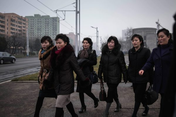 Dames sur le point de traverser une rue à Pyongyang, le 27 novembre 2016. (Crédits : AFP PHOTO / Ed Jones)