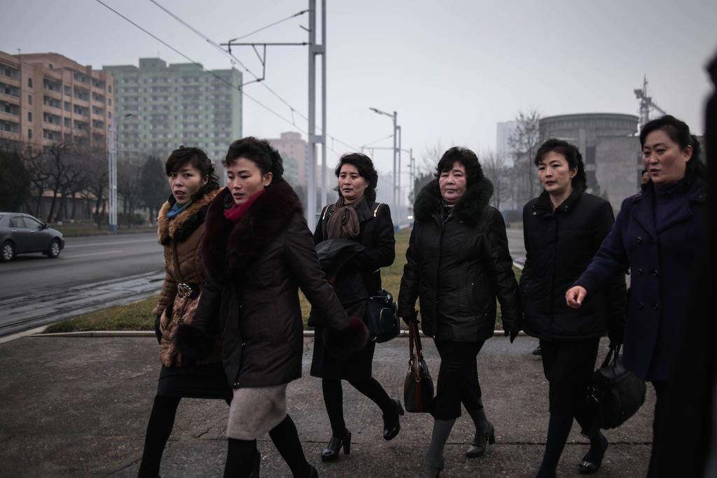 Dames sur le point de traverser une rue à Pyongyang, le 27 novembre 2016. (Crédits : AFP PHOTO / Ed Jones)