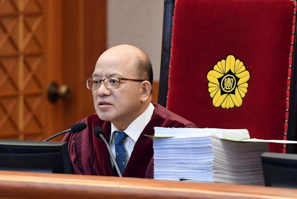 Le président de la Cour constitutionnelle sud-coréenne Park Han-Chul lors de l'audience de confirmation de la procédure de destitution contre la présidente Park Geun-hye le 5 janvier 2017, à Séoul. (Crédits : AFP PHOTO / POOL / JUNG Yeon-Je)