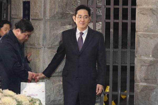 L'héritier et patron de facto de Samsung, Lee Jae-yong, quitte un centre de détention à Séoul après le refus du tribunal d'autroiser un mandat d'arrêt contre lui pour son rôle dans le scandale de corruption impliquant la présidente sud-coréenne Park Geun-hye, le 19 janvier 2017. (Crédits : AFP PHOTO / YONHAP / STRINGER)