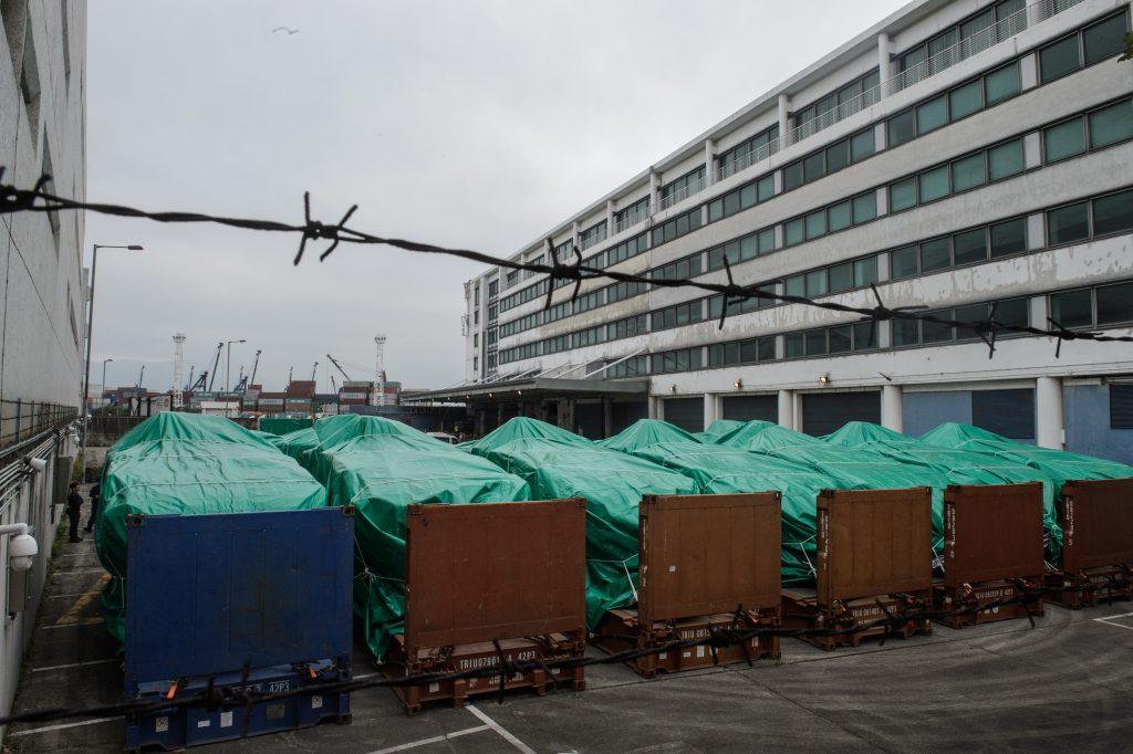 Les neuf véhicules armés de Singapour bloqués sur le port de Hong Kong le 25 novembre 2016. (Crédits : AFP PHOTO / Anthony WALLACE)