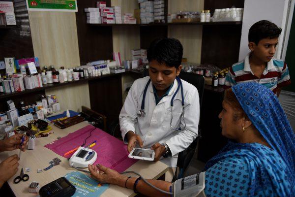 """Une """"Mohalla clinic"""" ou """"clinique de quartier"""" nouvellement ouverte et équipée de technologies de diagnostic dernière génération à New Delhi le 13 juillet 2016."""