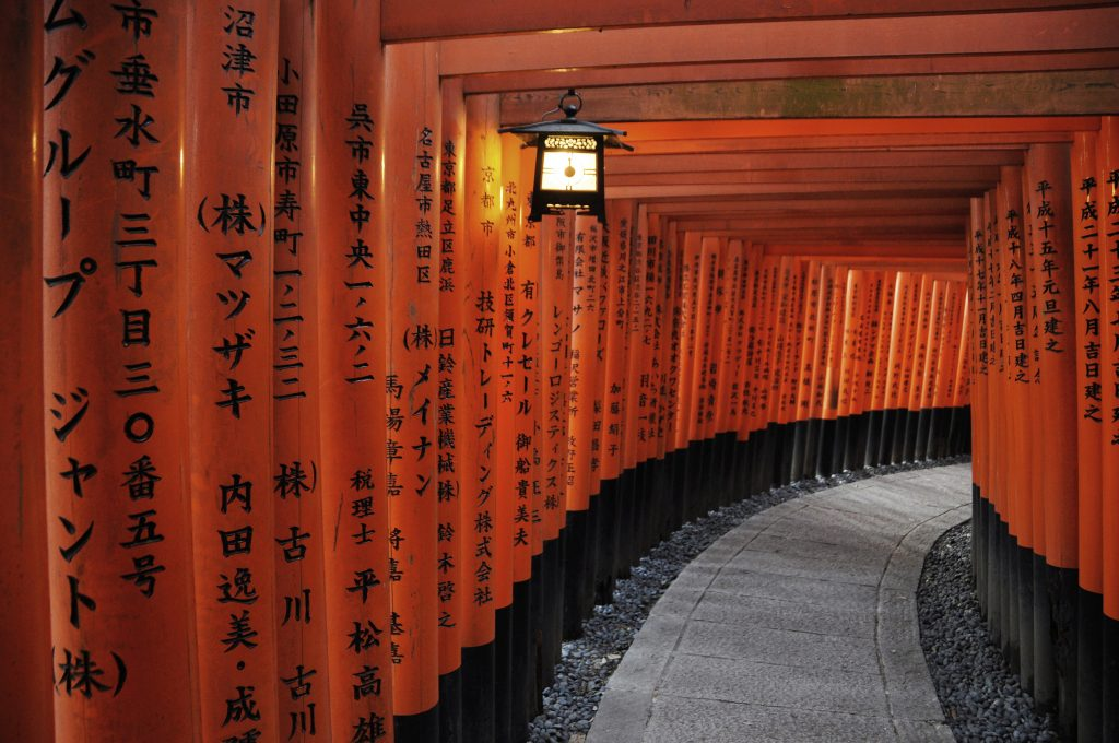 Toriis, ou portiques rouges à perte de vue au sanctuaire Fushimi Inari à Kyoto, le 5 août 2015. (Crédits : Julien GARCIA / Photononstop / via AFP)