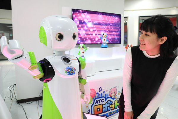 Un robot concièrge accueille les visiteurs dans un magasin duty free de l'Asia and Pacific Trade Center à Osaka, le 13 décembre 2016. (Crédits : Makoto Kondo / Yomiuri / The Yomiuri Shimbun / via AFP)
