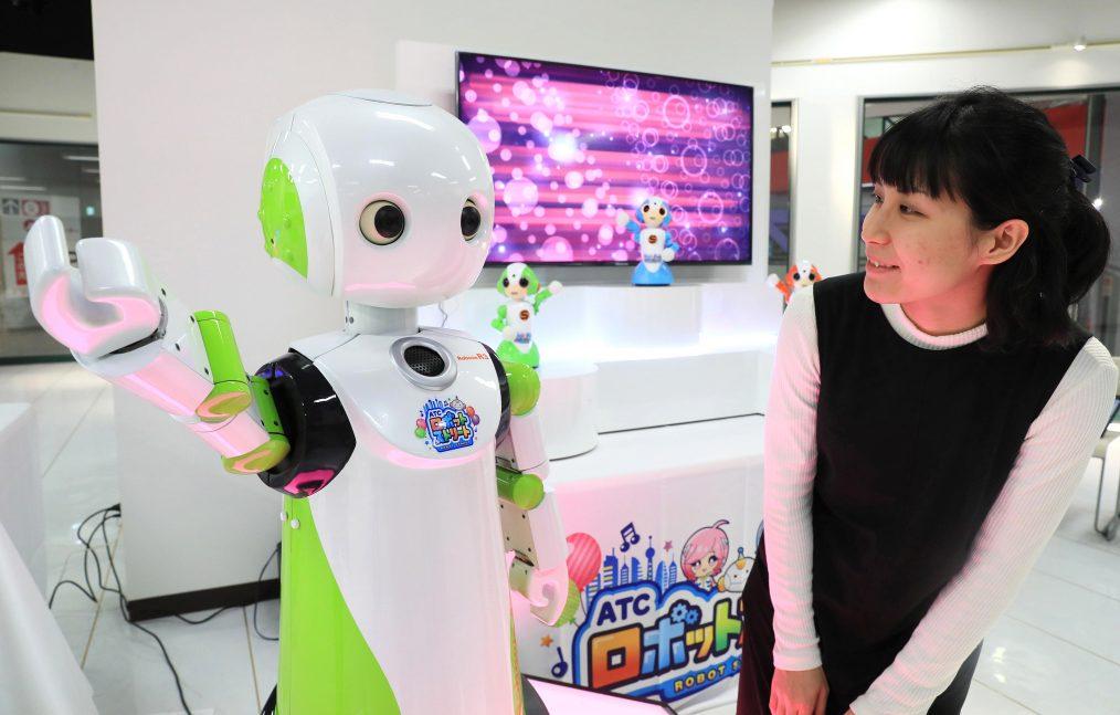 Un robot concièrge accueille les visiteurs dans un magasin duty free de l'Asia and Pacific Trade Center à Osaka, le 13 décembre 2016. (Crédits : Makoto Kondo / Yomiuri / The Yomiuri Shimbun / via AFP)
