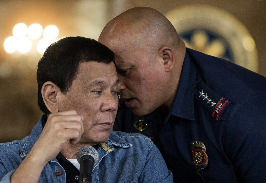 Le président philippin Rodrigo Duterte écoute le directeur général de la police nationale philippine Ronald Dela Rosa lors d'une conférence de presse à Manille le 30 janvier 2017.(Crédits : AFP PHOTO / POOL / NOEL CELIS)