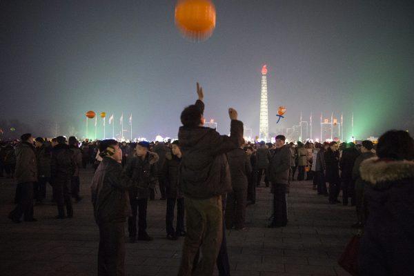 Le soir du 31 décembre 2016, des badauds attendent les feux d'artifice sur le square Kim Il-Sung à Pyongyang.