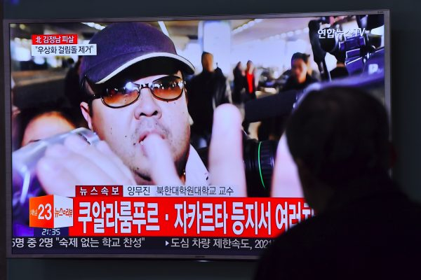 À Séoul, un homme regarde un reportage sur le meurtre de Kim Jong-nam, demi-frère du dictateur nord-coréen Kim Jong-un. (Crédit : JUNG YEON-JE / AFP)