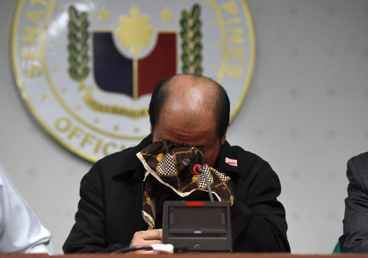 L'ancien policier de Davao Arturo Lascañas s'effondre en larmes lors de sa conférence de presse au Sénat, en évoquant l'existence des escadrons de la mort sous la mandature de Rodrigo Duterte. (Crédit : AFP PHOTO / TED ALJIBE)