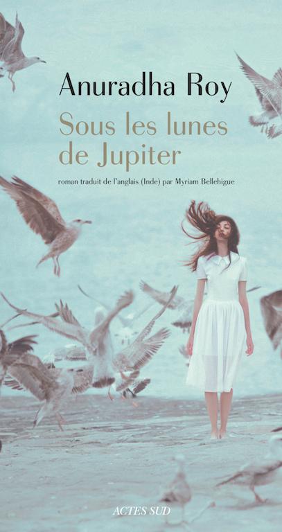 """Couverture du livre """"Sous les lunes de Jupiter"""" d'Anuradha Roy, Editions Actes Sud. (Copyright : Actes Sud)"""