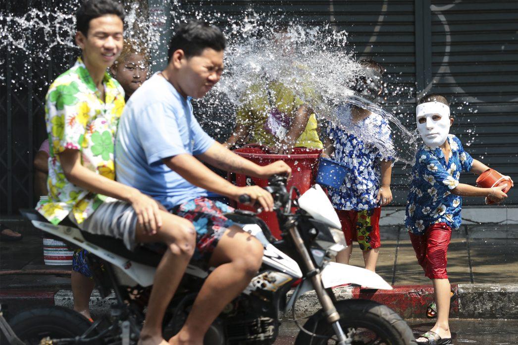 Sur Charoen Krung Road à Bangkok lors du 3ème jour des festivités de Songkran.