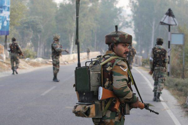 Des soldats indiens patrouillent sur l'autoroute Jammu-Srinagar après une fusillade avec des militants dans une base militaire à Nagrota au Cachemire le 30 novembre 2016. (Crédits : AFP PHOTO / STRINGER)