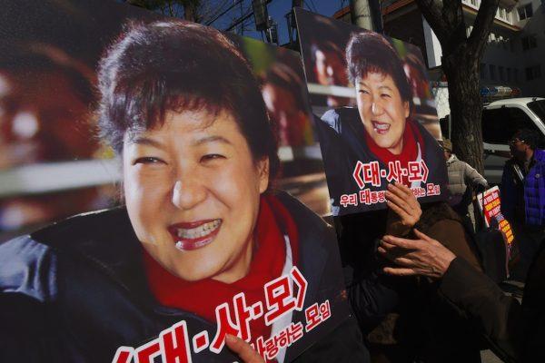 Des manifestants en soutien de la présidente sud-coréenne Park Geun-hye défile devant la Cour constitutionnelle à Séoul le 27 février 2017. (Crédits : AFP PHOTO / JUNG Yeon-Je)