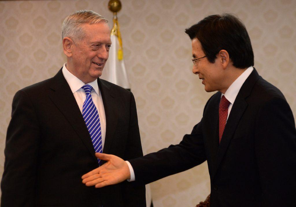 Le président sud-coréen par intérim Hwang Kyo-ahn accueille le secrétaire américain à la Défense James Mattis à Séoul le 2 février 2017. (Crédits : AFP PHOTO / POOL / SONG Kyung-Seok)