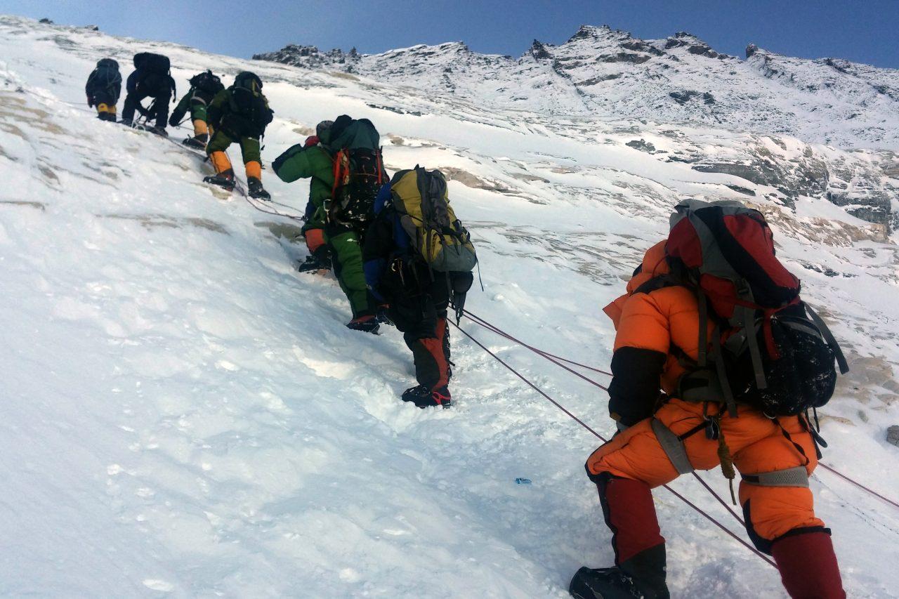 Un groupe d'alpinistes se déplacent du camp 3 au camp 4 pour atteindre le sommet de l'Everest, le 9 mai 2016. (Crédits : AFP PHOTO / NIMA GYALZEN SHERPA)