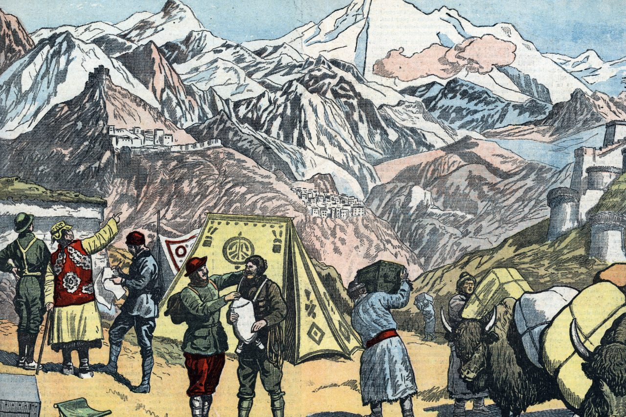 "Illustration tirée du journal ""Le Pélerin"" du 2 juillet 1922, montrant l'expédition britannique sur l'Everest de 1922 avec les premiers explorateurs : Charles Granville Bruce, Tom George Longstaff, Henry Treise Morshaead, George Mallory, Edward Felix Norton et Howard Somervell, à Khampa Dzong au Tibet en juin 1922. (Crédits : Collection privee ©The Holbarn / Archive/Leemage / via AFP)"