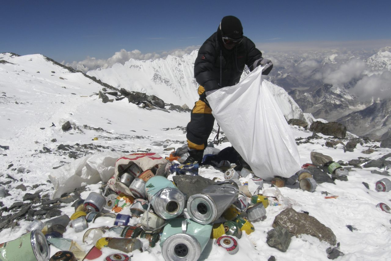 Un Sherpa népalais collecte les déchets laissés par les grimpeurs sur le mont Everest à 8 000 mètres d'altitude, le 23 mai 2010. (Crédits : AFP PHOTO/Namgyal SHERPA / AFP PHOTO / NAMGYAL SHERPA)