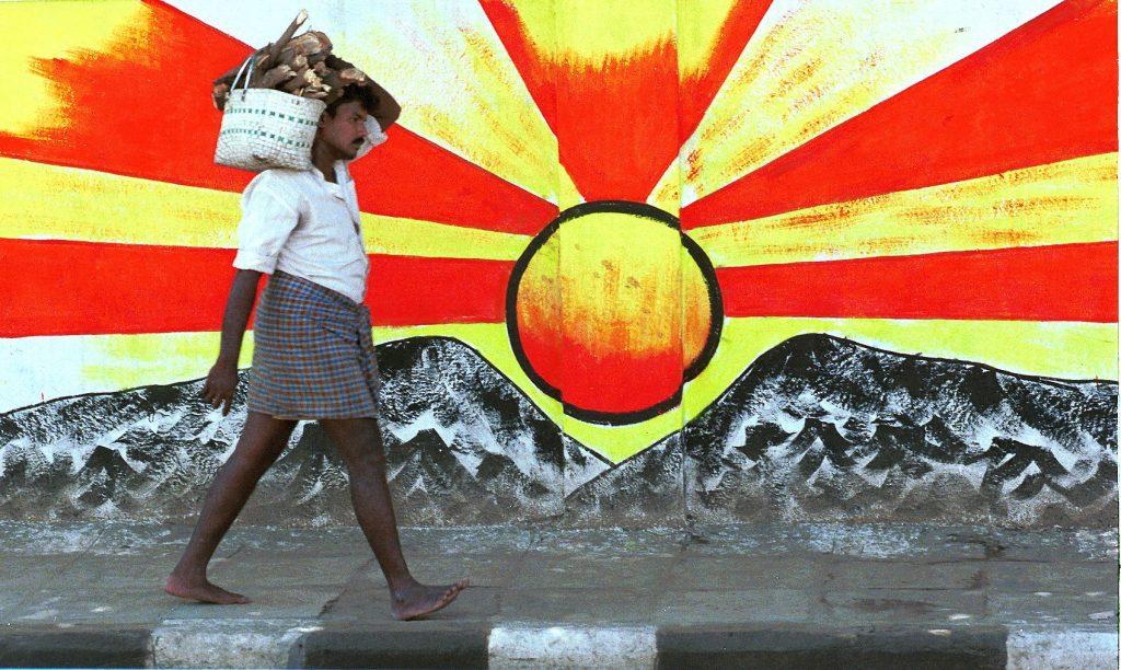 """Le soleil levant, symbole du """"Dravidra Munnetra Kazhagam"""" (DMK), l'un des partis au pouvoir dans le Tamil Nadu dans les années 1990, ici à Madras me 10 septembre 1999. (Crédits : AFP PHOTO / AFP PHOTO / ARKO DATTA)"""