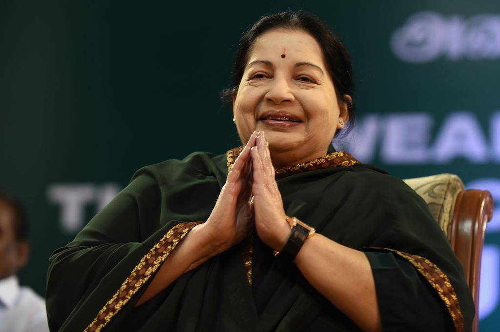 Ministre en chef du Tamil Nadu à quatre reprise et leader du parti dravidien local All India Anna Dravida Munnetra Kazhagam (AIADMK), Jayalalithaa est décédée le 5 décembre 2016. Ici elle est photographiée lors de son investiture après sa réélection à la tête de cet Etat fédéré de la pointe sud de l'Inde, à Chennai le 23 mai 2016. (Crédits : AFP PHOTO / ARUN SANKAR)