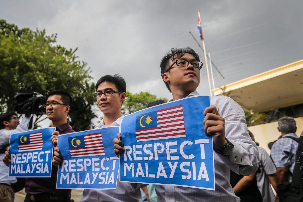 Des manifestants malaisiens devant l'ambassade de Corée du Nord à Kuala Lumpur le 23 février 2017. (Crédits : Mohd Daud/NurPhoto)