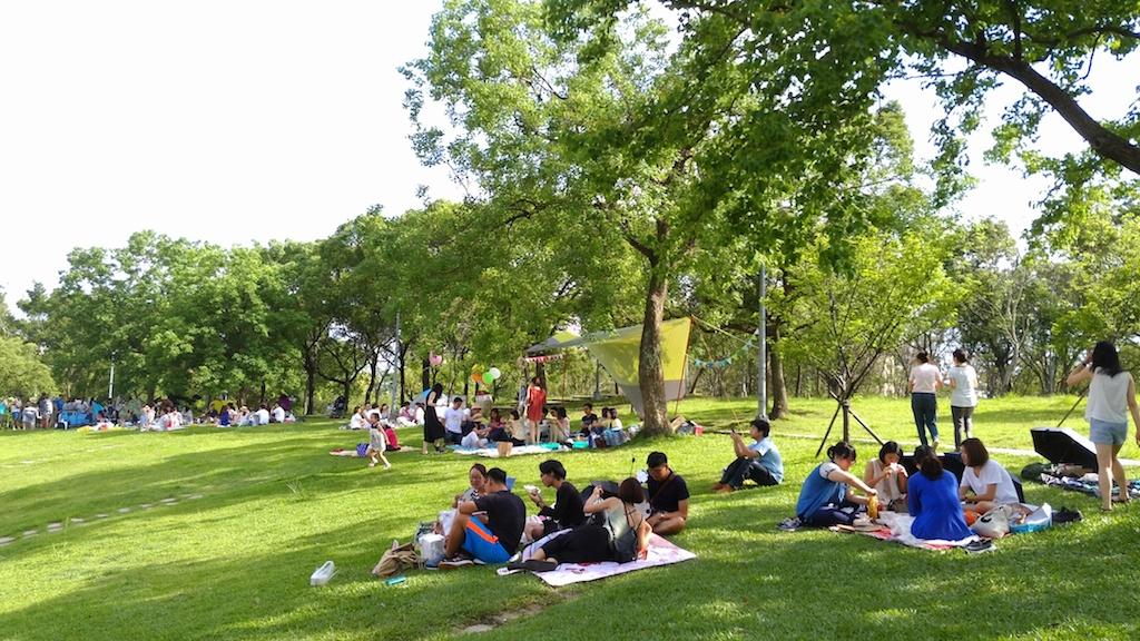 Incongru il y a encore quelques années, pique-niquer dans un parc public est aujourd'hui un loisir apprécié. (Copyright : municipalité de Taipei)